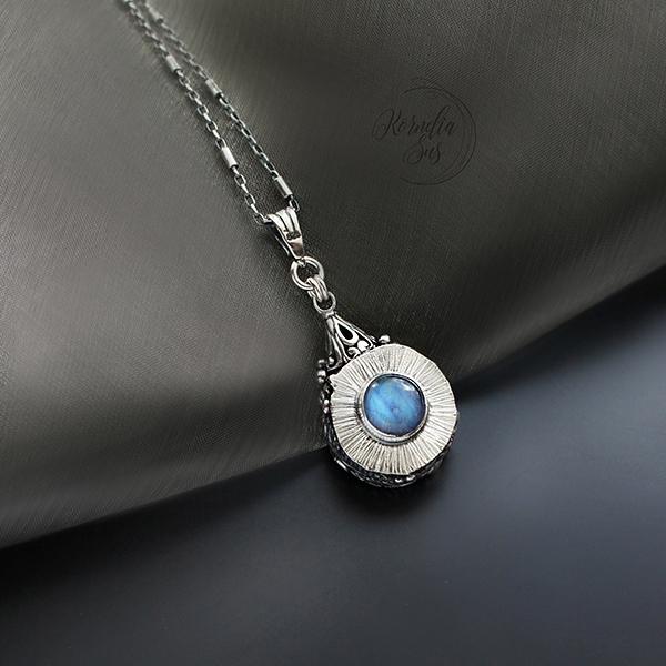 7559f64ef9a7 W drobinkach czasu - srebrny dwustronny wisior z szafirem i kamieniem  księżycowym   Kornelia Sus