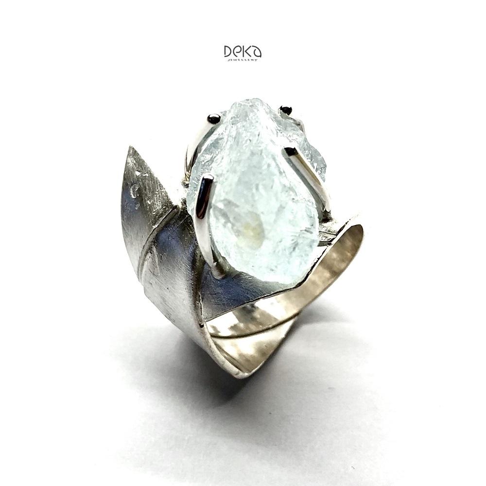 PIERŚCIEŃ Z NIEOSZLIFOWANYM AKWAMARYNEM Twórca: Deka Jewellery / Pierścionki